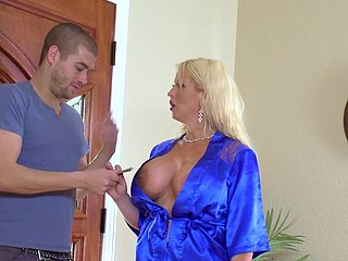 Cougar mom fucked in the shower wide of casual bill foetus